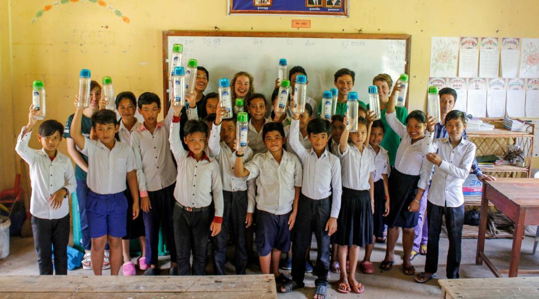 Voluntarios en una actividad para enseñarle a niños la importancia de reciclar el plástico.